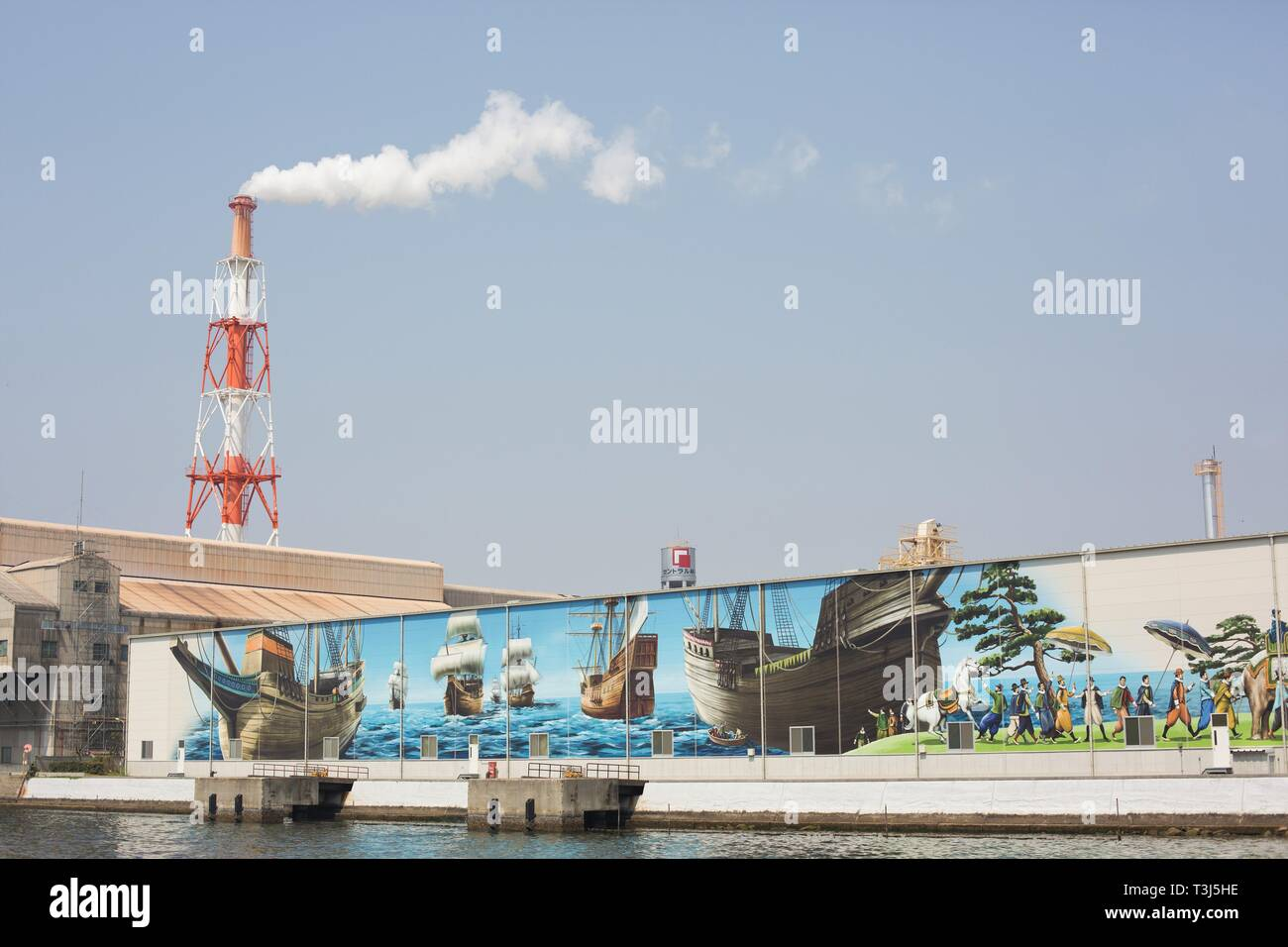 Ein riesiges Wandbild und Schornstein in einem Hafen in Sakai City, Osaka, Japan. Stockbild