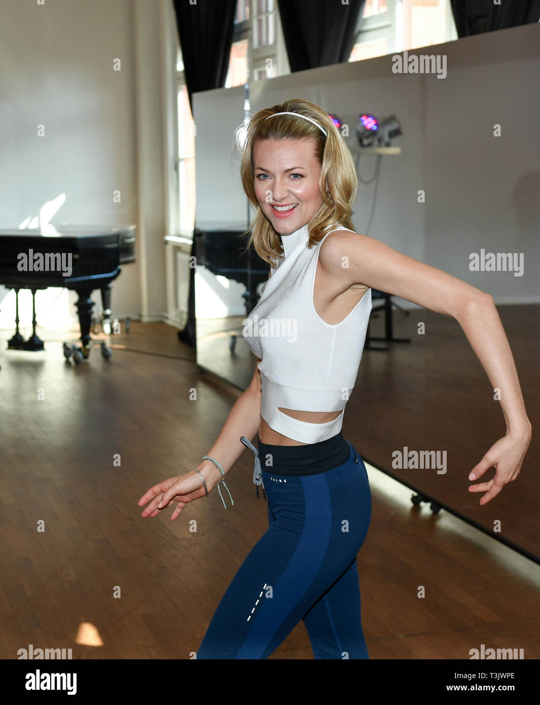 berlin deutschland 10 apr 2019 ella endlich ausbildung f r die rtl tanzshow let 39 s dance an. Black Bedroom Furniture Sets. Home Design Ideas