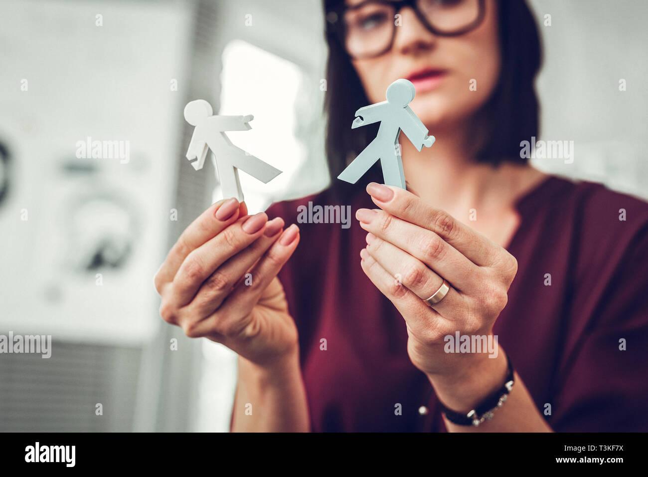 Familientherapeut mit beige Nail Art Holding wenig Modell der Paar Stockbild