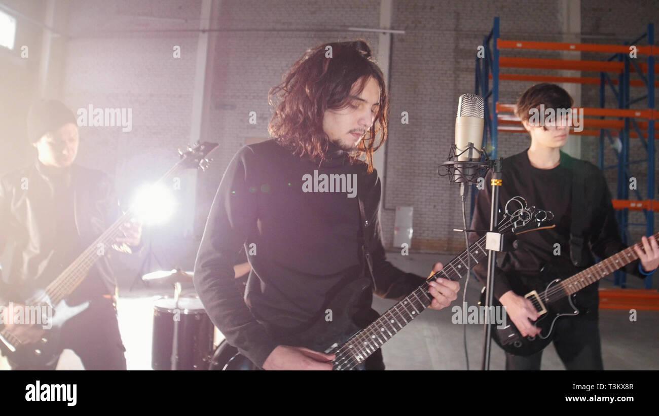 Eine Rockgruppe mit einer Wiederholung. Die Gitarristen spielen Stockbild