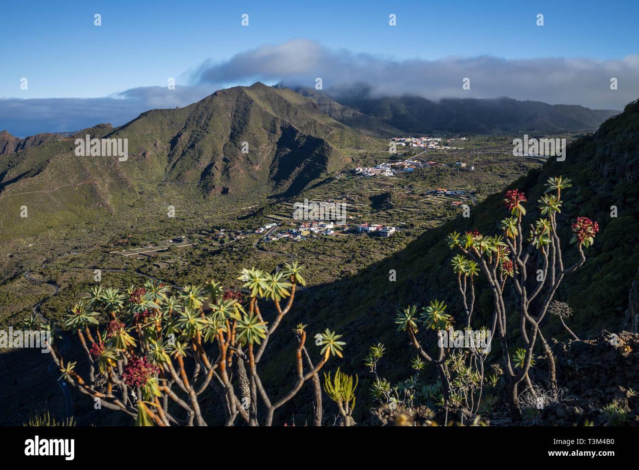 Luftbild bis das Tal über die Bergdörfer von El Molledo, El Retamar und Santiago del Teide, Teneriffa, Kanarische Inseln, Spanien Stockbild
