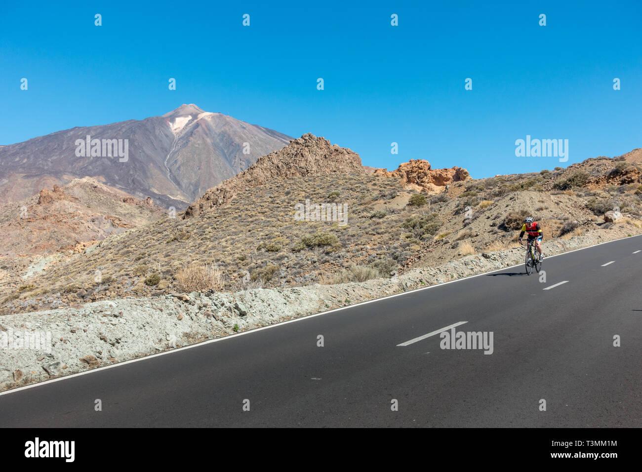 Radfahrer auf der Straße Fahrrad genießen der Abstieg vom Teide Seilbahn Station auf der TF-21, Teneriffa Stockbild