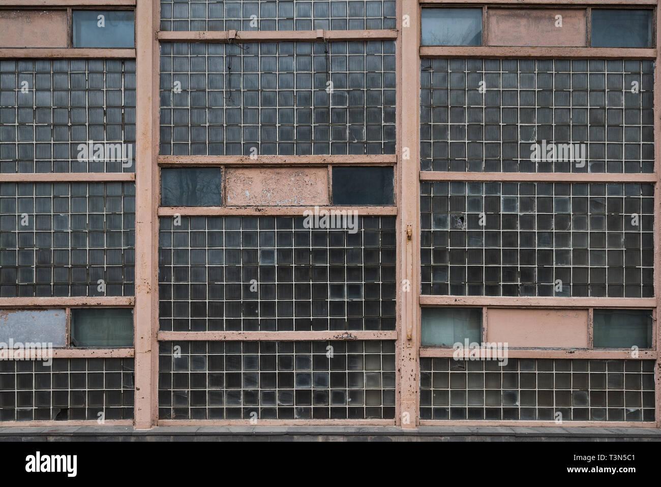 Die alten schäbigen Wand aus Glasbausteinen Stockfoto, Bild ...