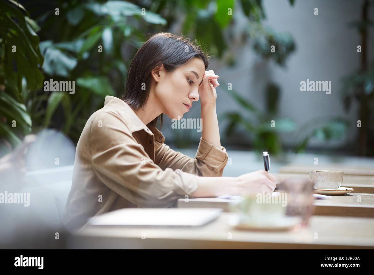 Studenten Lösung der Aufgabe im Cafe Stockbild