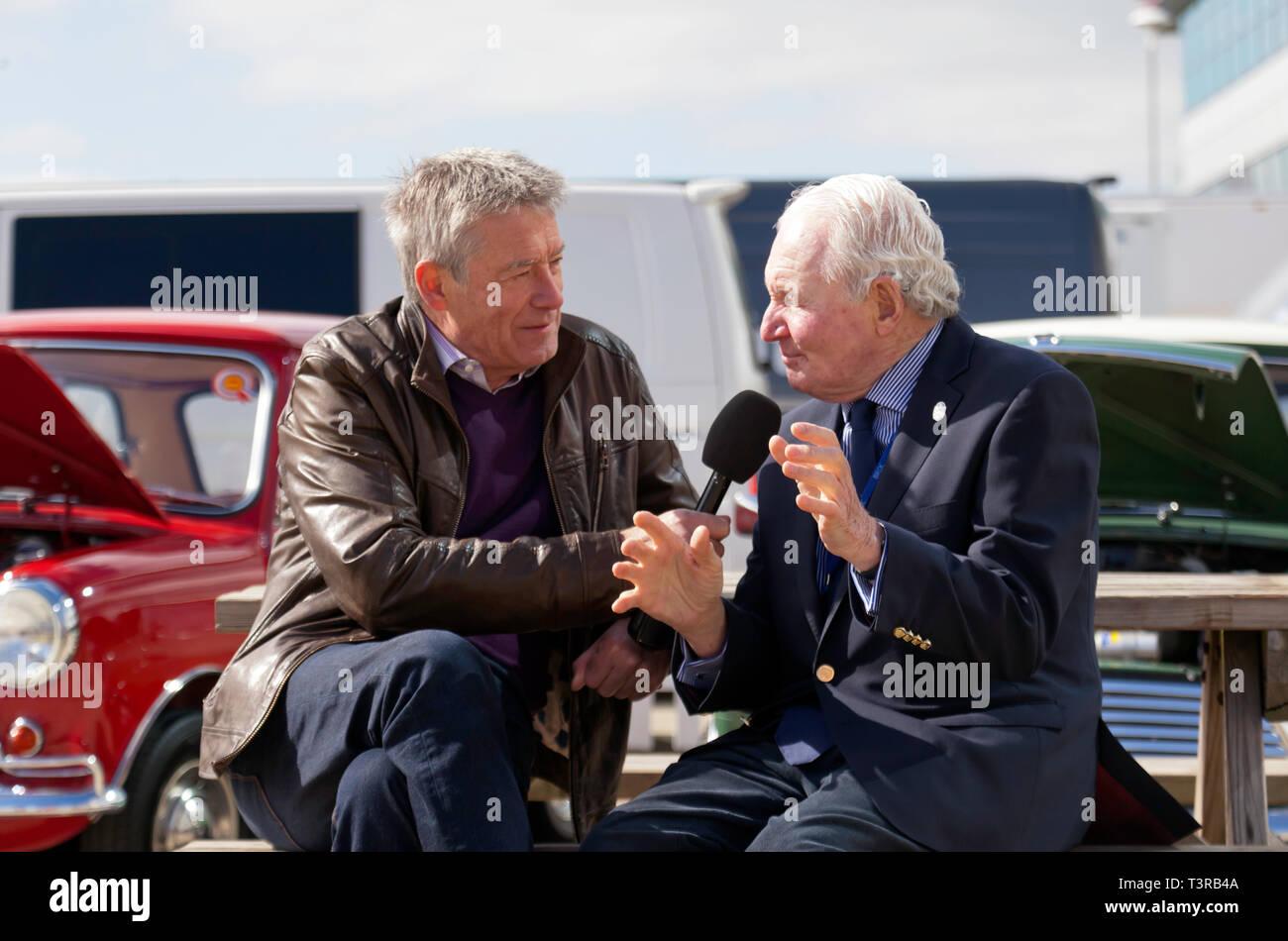 Tiff Needell interviewen mini Rallye legende Paddy Hopkirk MBE, in der Internationalen Fahrerlager, bei der Silverstone Classic Media Day 2019 Stockbild