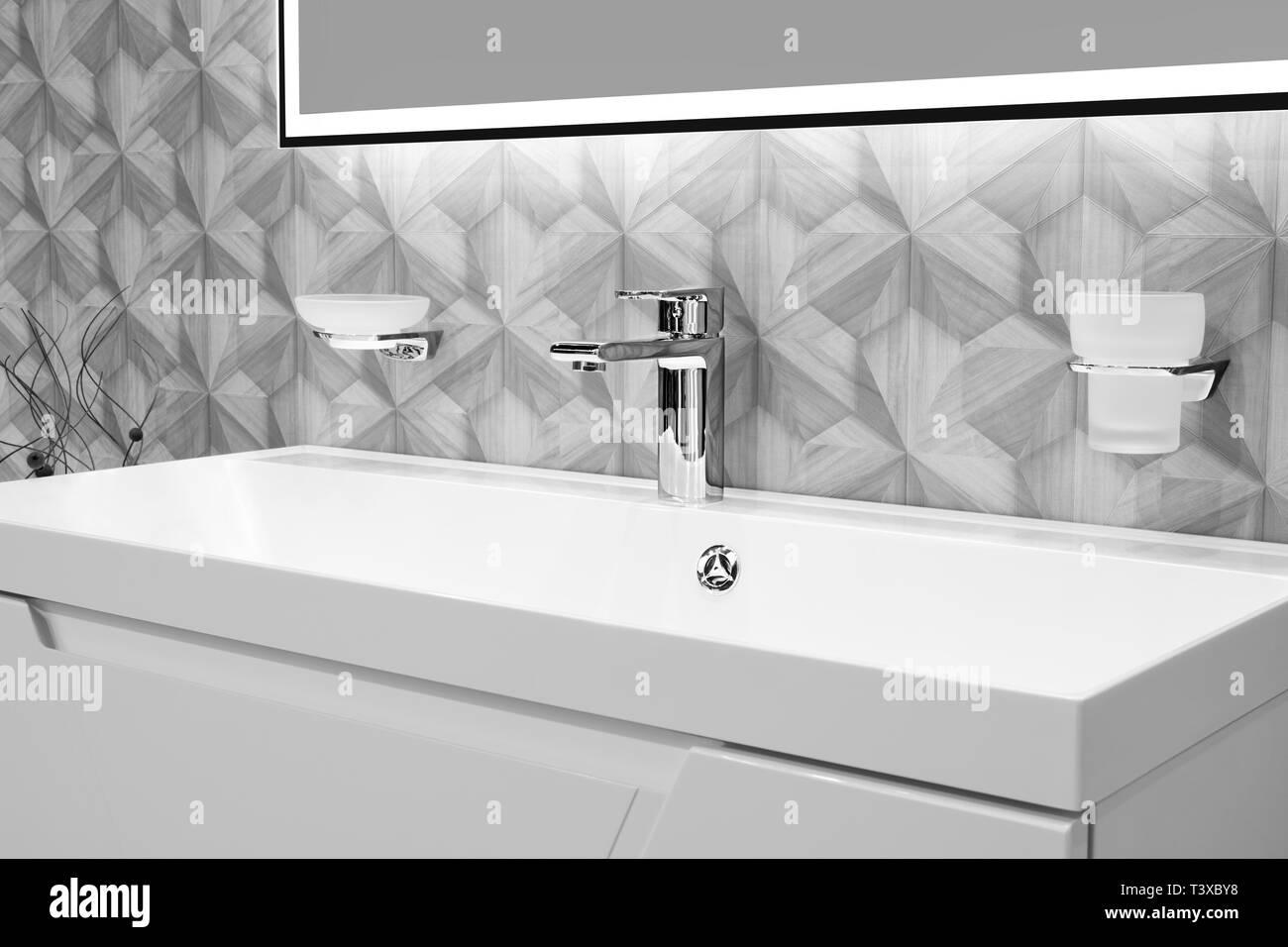 Luxuriöse, moderne Stil Wasserhahn Mischpult auf einem weißen ...