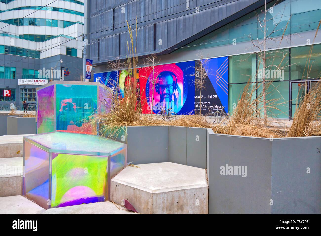Toronto, Kanada - 12 Oktober, 2018: Bunte Stühle in der King Street in Front, wenn TIFF (Toronto International Film Festival) Eingang Stockbild