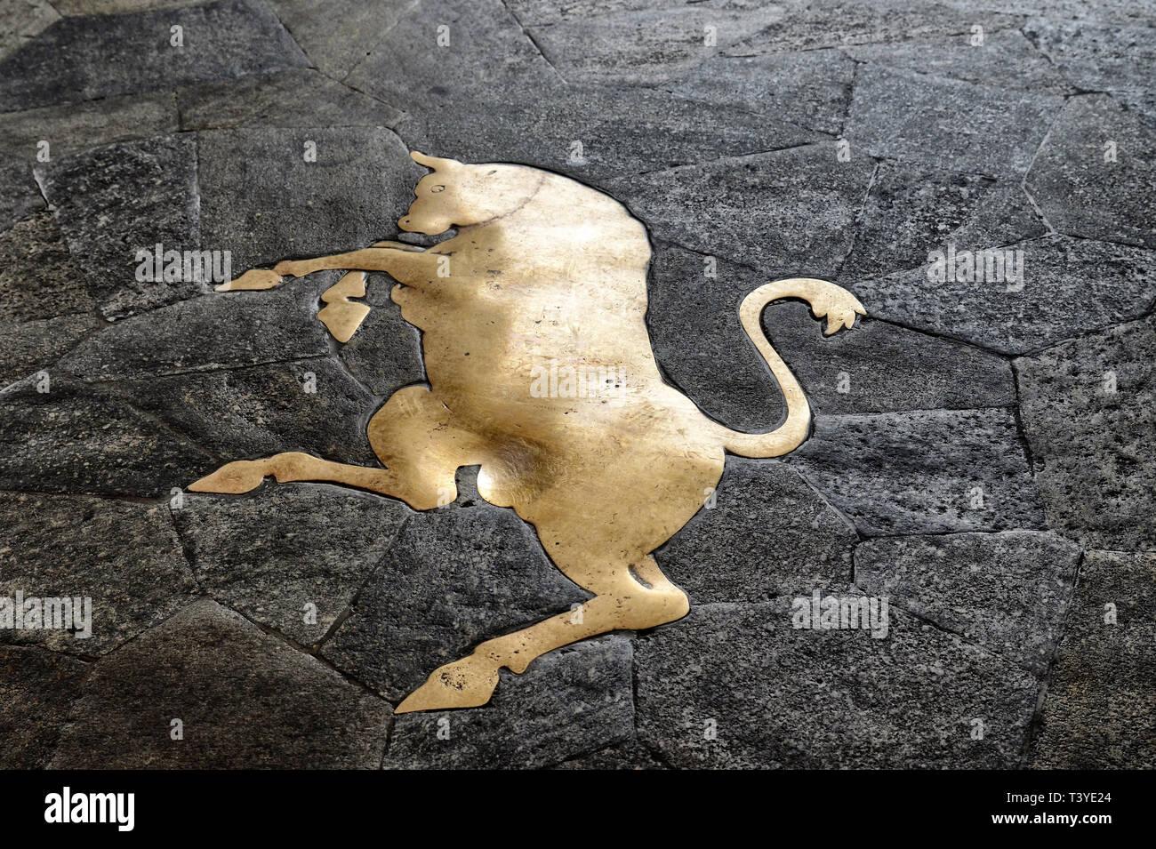 Turin, Piemont, Italien. März 2019. der Piazza San Carlo. Vor einer der bekanntesten Cafés, ist das Symbol von Turin: der Stier, die Tradition sagt, dass t Stockbild