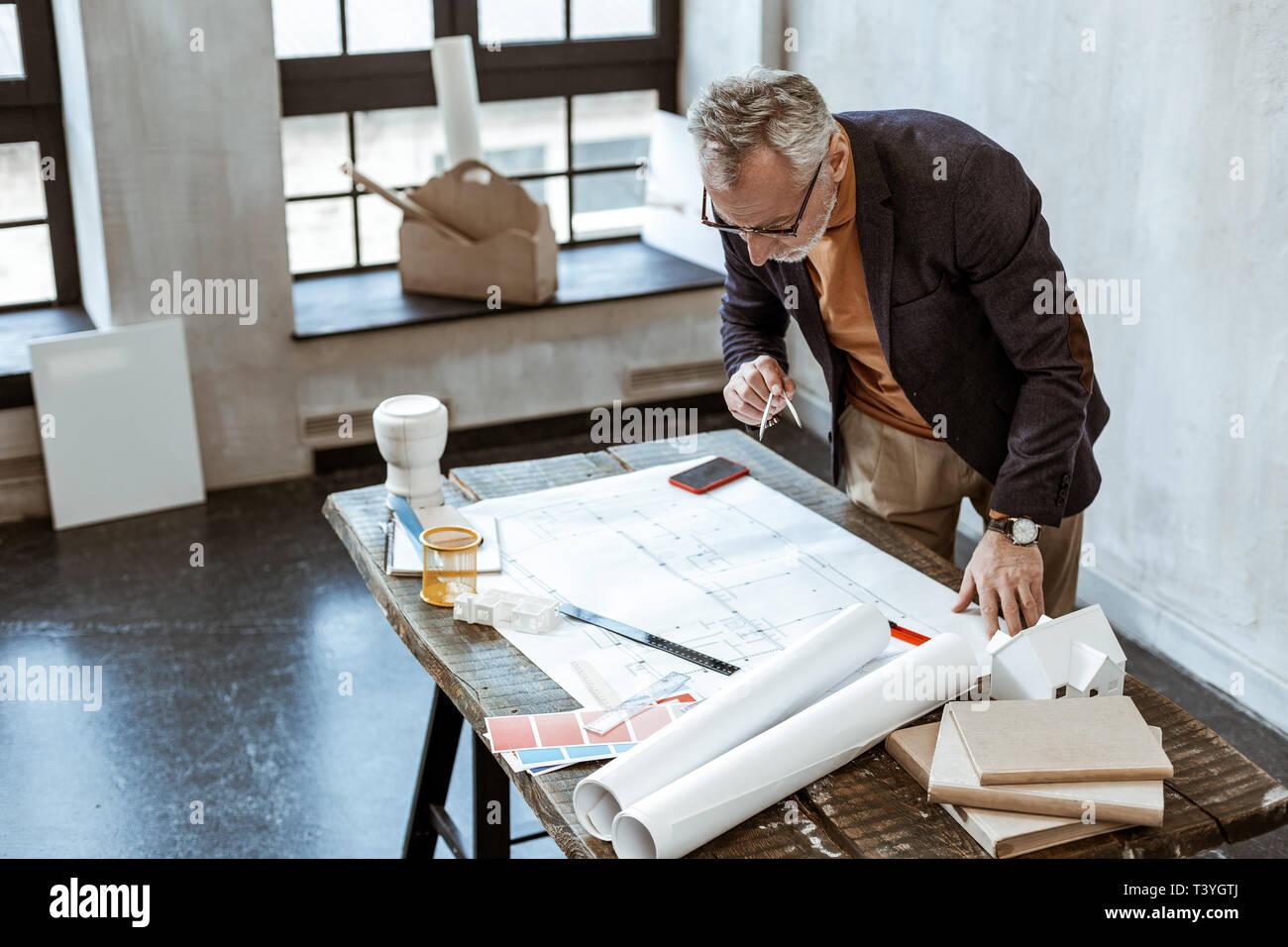 Holding Kompasse Grauhaarige Innenarchitekt Tragen Jacke Holding