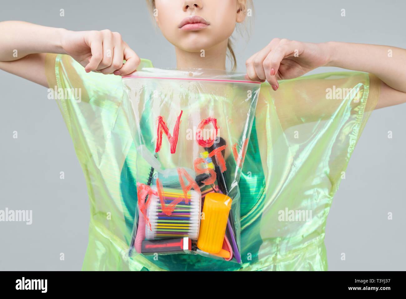 Beim Make-up. Junge verantwortliche und aktive Frau Förderung der Verwendung weniger Kunststoff während Make-up Stockbild