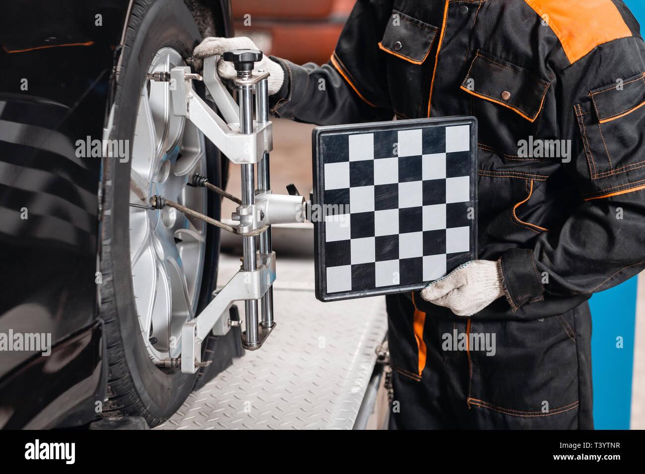 Zusammenbruch - Konvergenz. Automechaniker setzt das Auto für Diagnose und Konfiguration. Auto Räder Ausrichtung auf Stand in einer Reparaturwerkstatt Stockbild