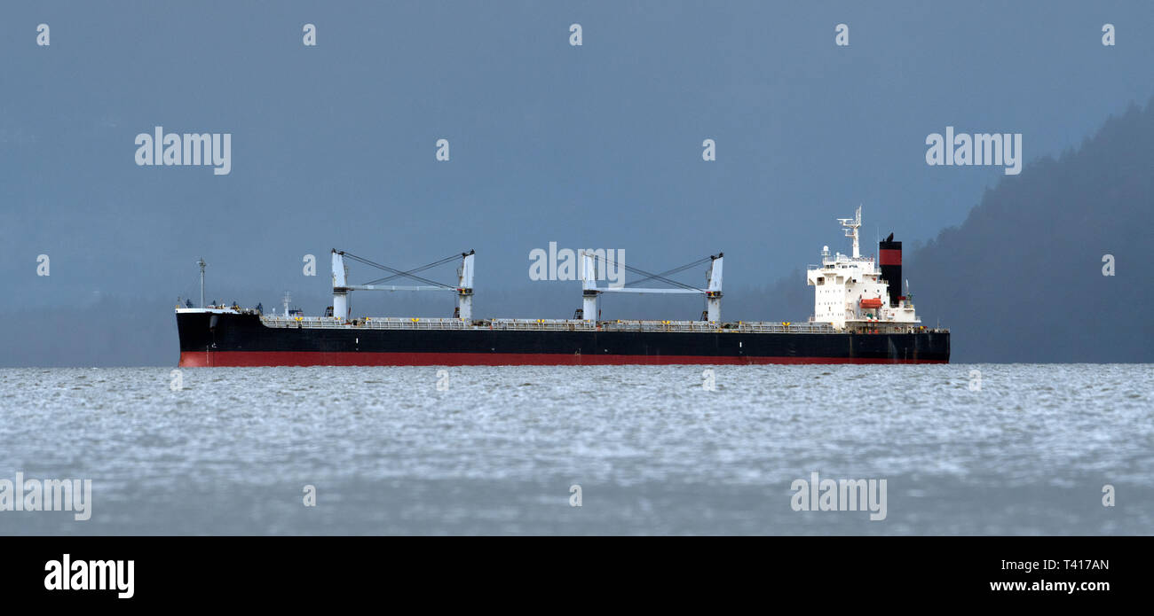 Frachtschiff in der Nähe der Küste, British Columbia, Kanada Stockbild