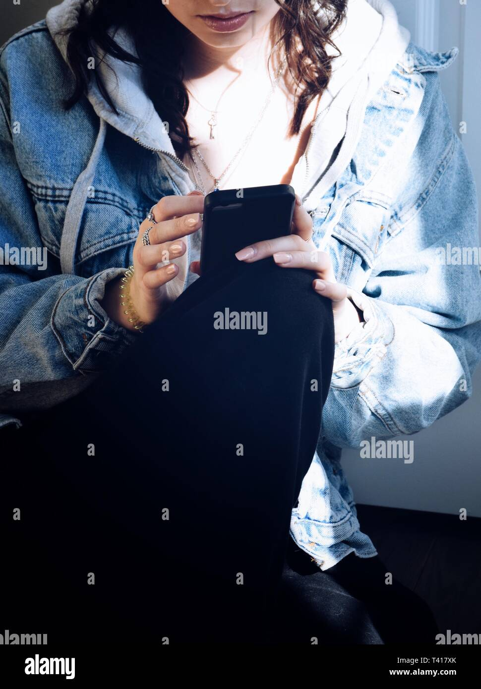 Teenager-Mädchen mit einem Mobiltelefon Stockfoto