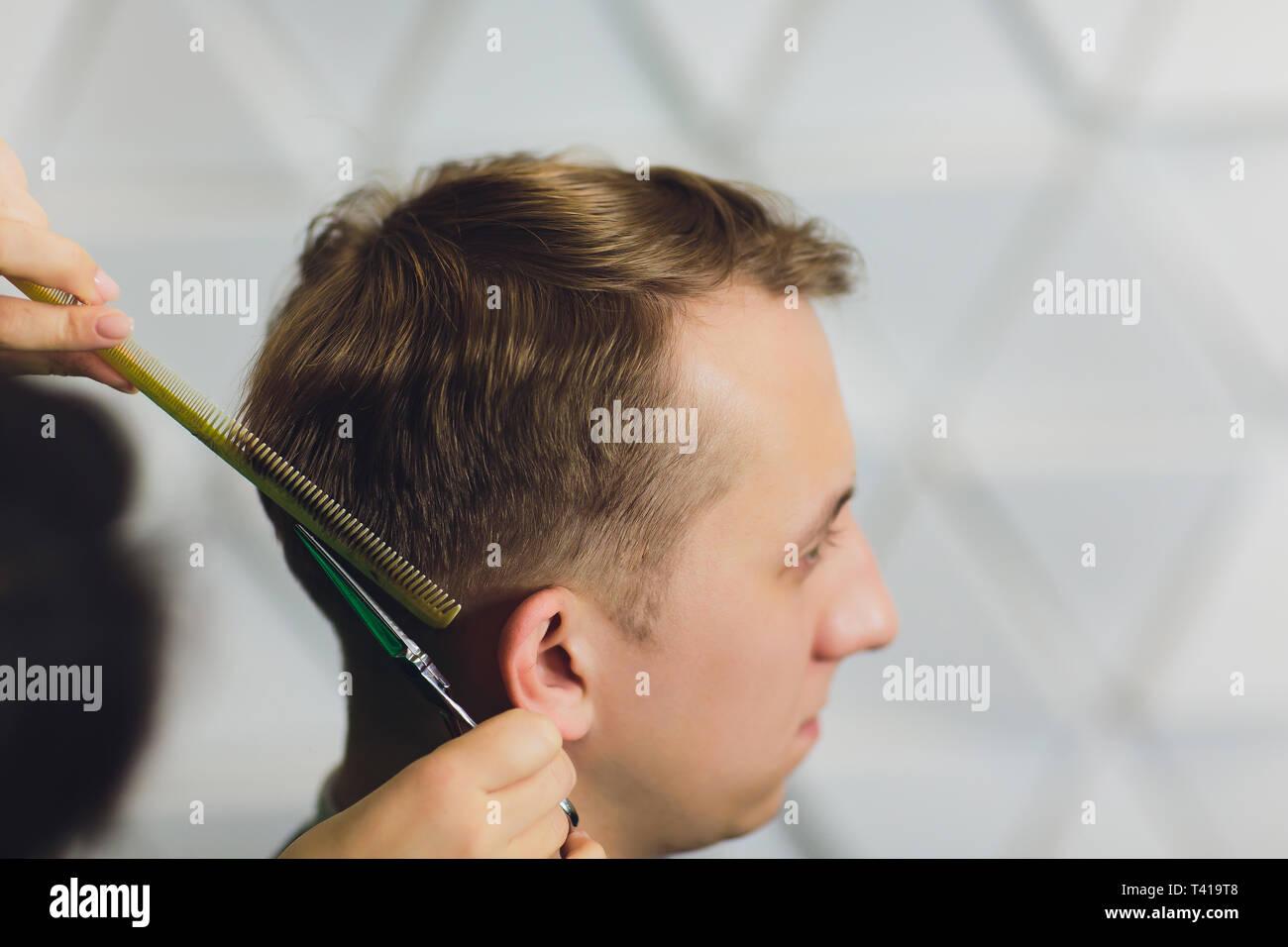 Portrait Des Jungen Mannes In Haarschnitt In Friseur Friseur Haare