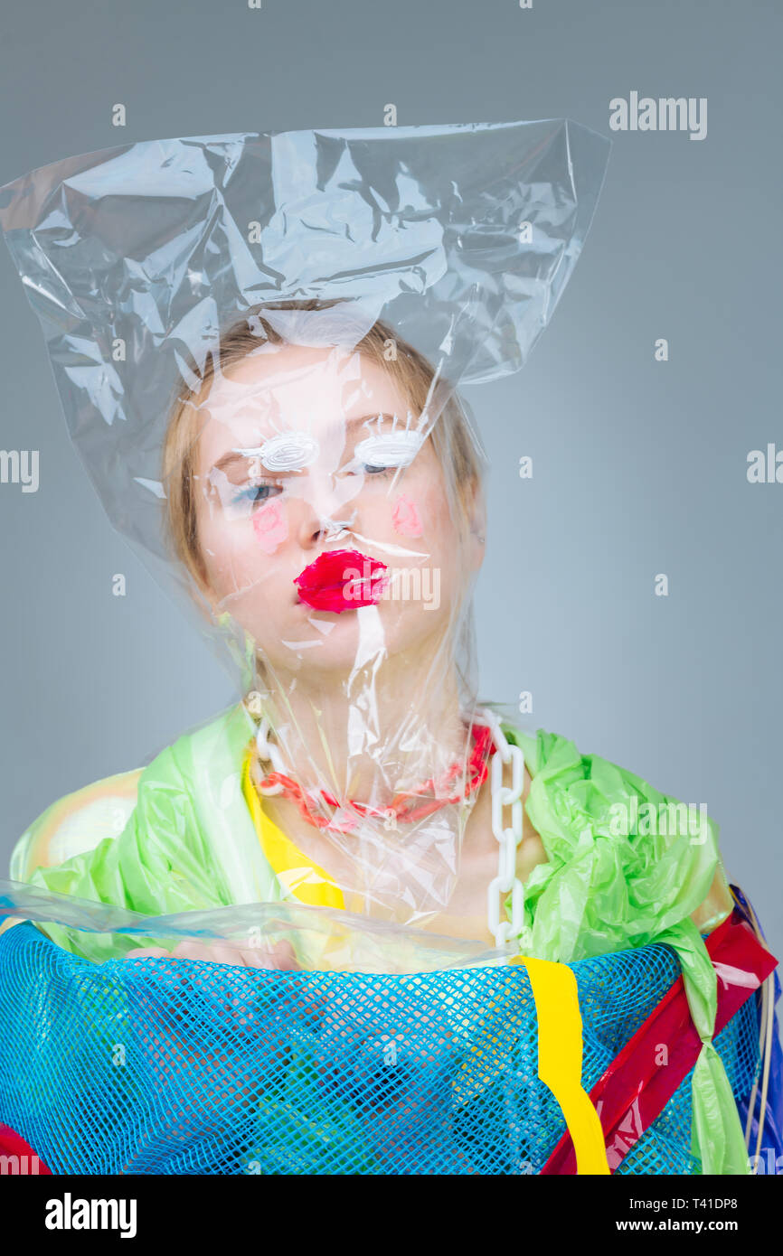 Tasche auf den Kopf. Professionelle Modell mit Plastiktüte auf dem Kopf, die an sozialen Anti-Kampagne Stockbild