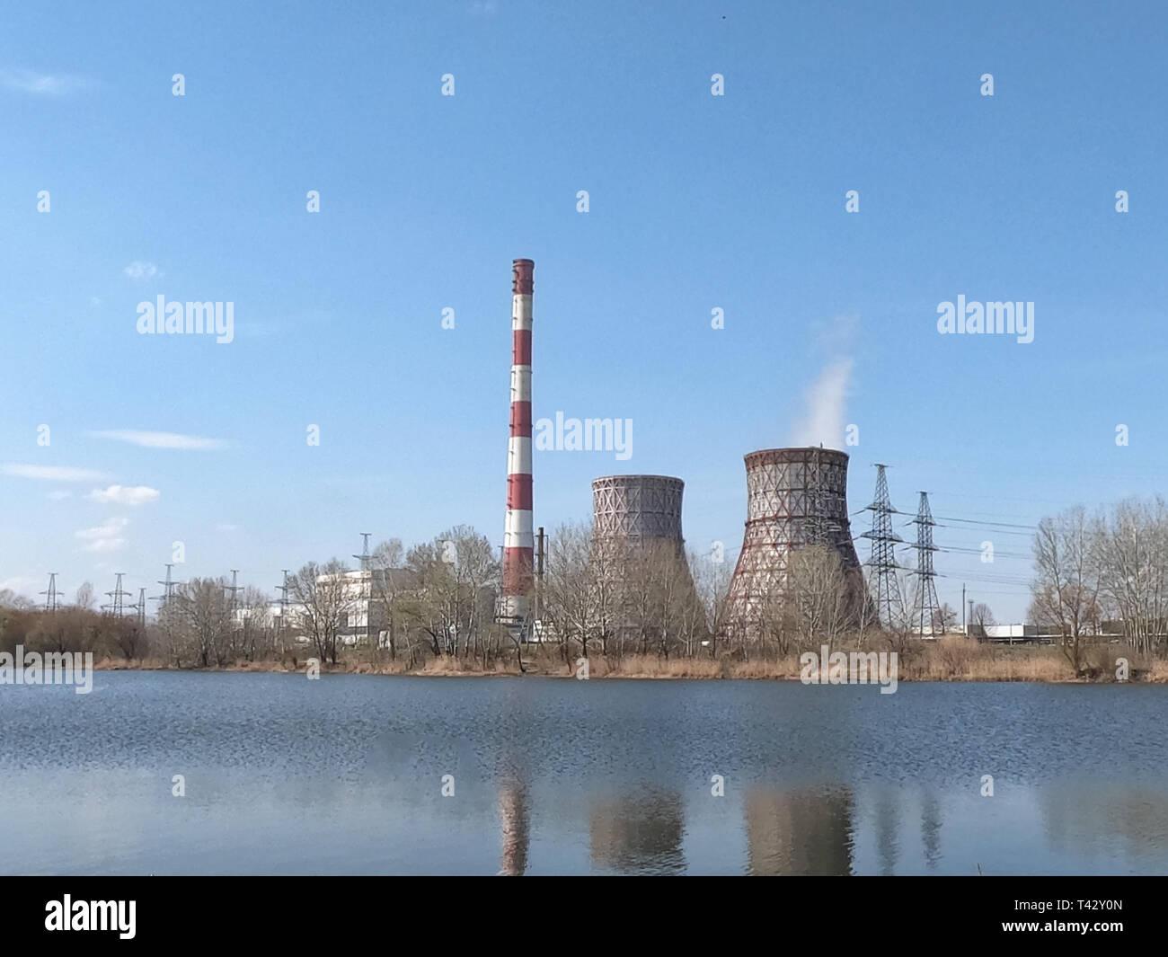 Power Station auf dem See. Rohre mit einem Kraftwerk am Ufer
