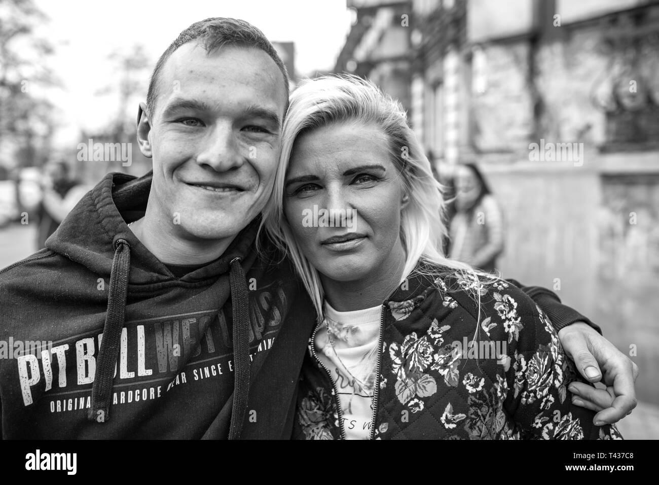 Gniezno/Polen - 04.13.2019: Junges Paar - Gay Parade oder Gleichstellung März und Nationalisten protestieren und kämpfen mit Bereitschaftspolizei Kräfte. Stockbild