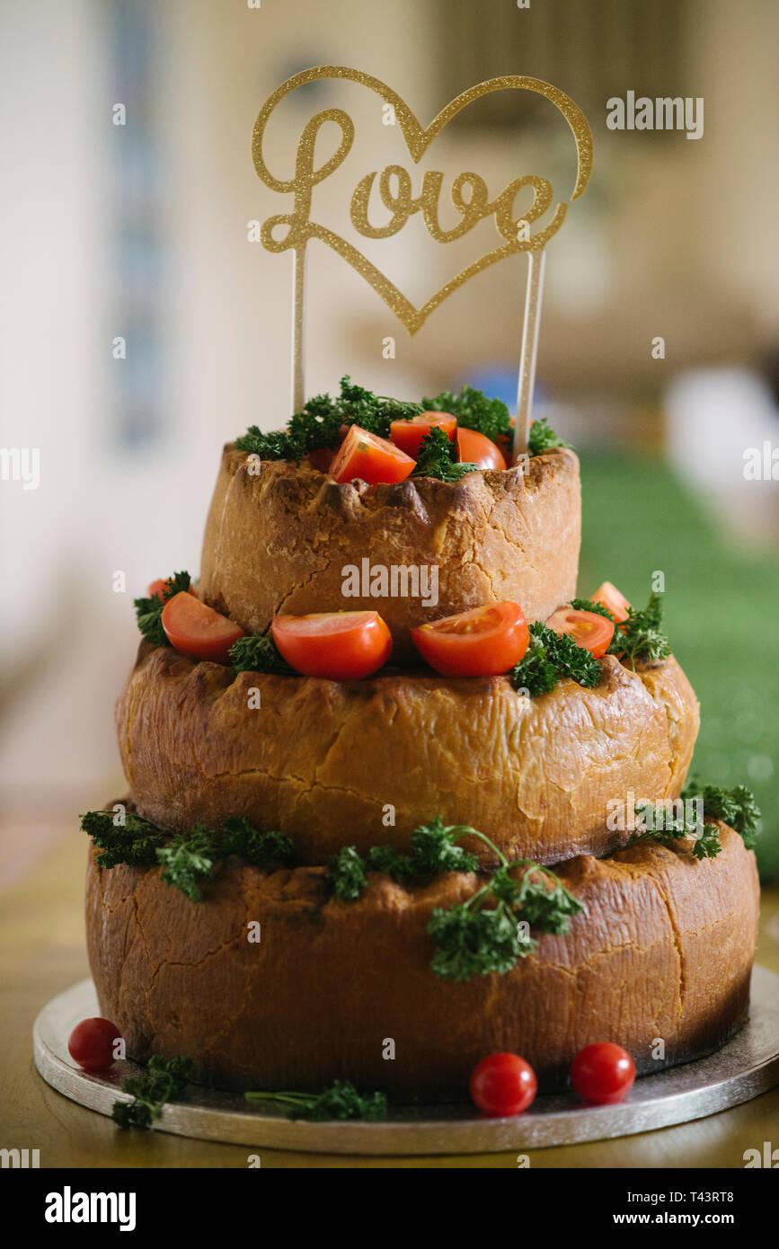 Eine mehrstufige Pork Pie Hochzeitstorte. Ungewöhnliche Hochzeit Ideen Stockbild