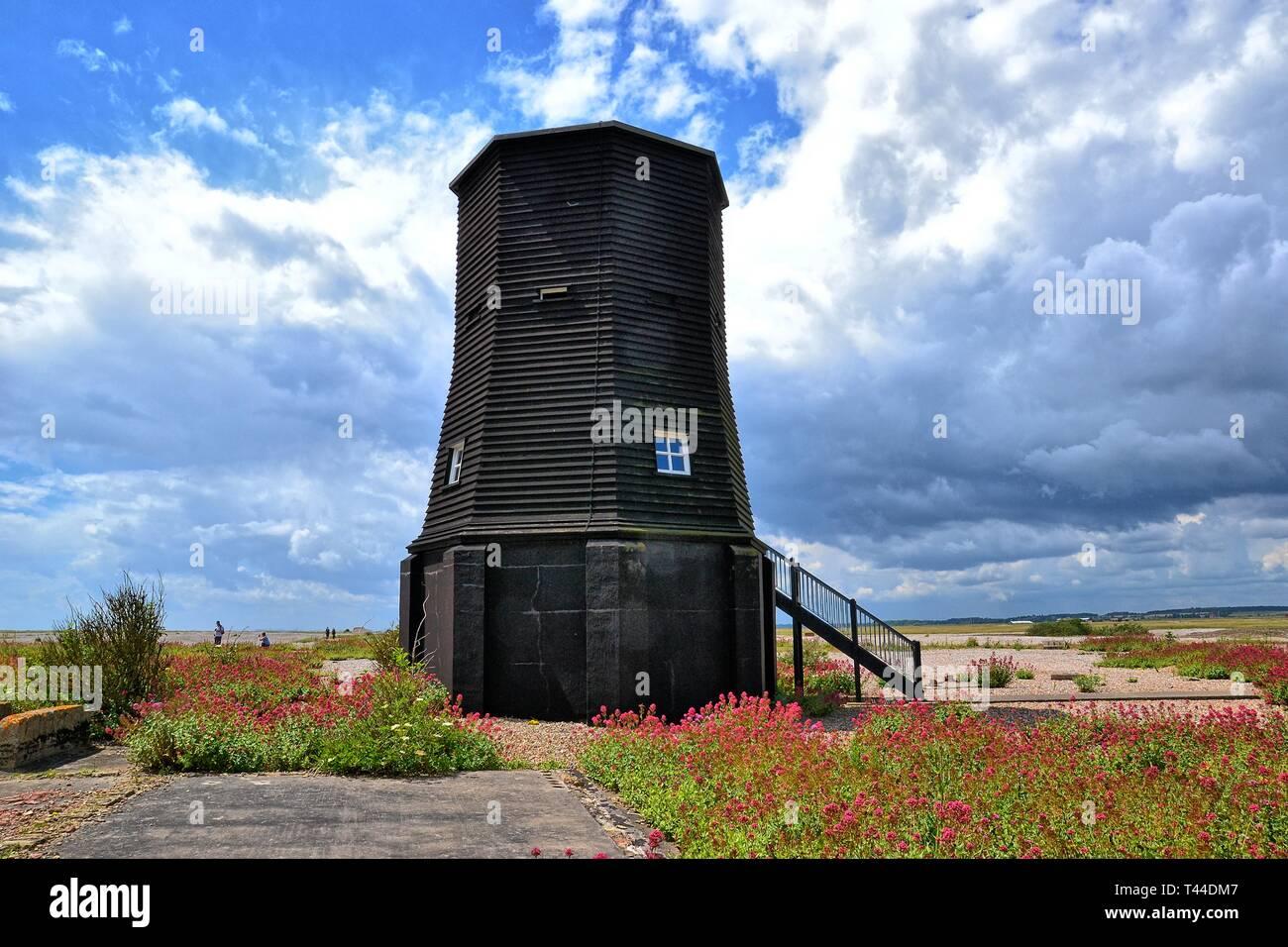 Schwarzes Leuchtfeuer am ehemaligen Atomic Weapons Research Establishment technische HQ und Telemetrie-Station. Orford Ness, Orford, Suffolk, England. Naturschutzgebiet Stockfoto