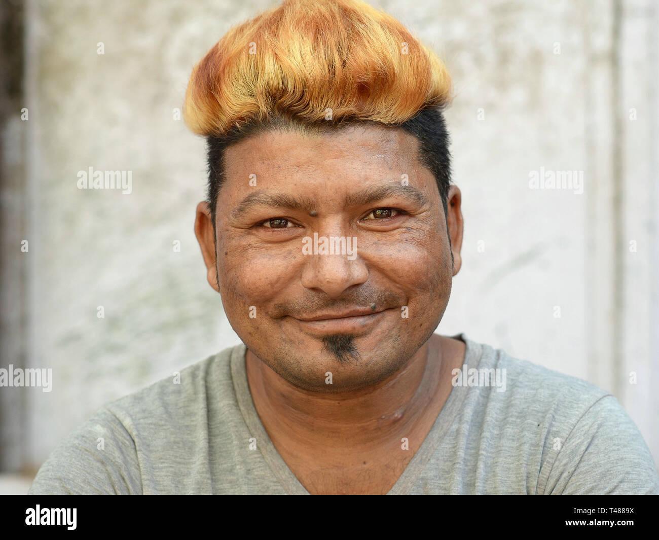 Gefärbt blond mann haare blaue augen