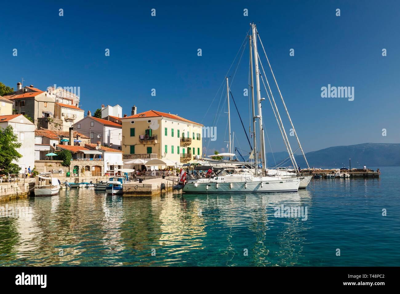 Kleines Fischerdorf mit Segelbooten, Cres, Insel Cres, Golf von Kvarner Bucht, Kroatien Stockfoto