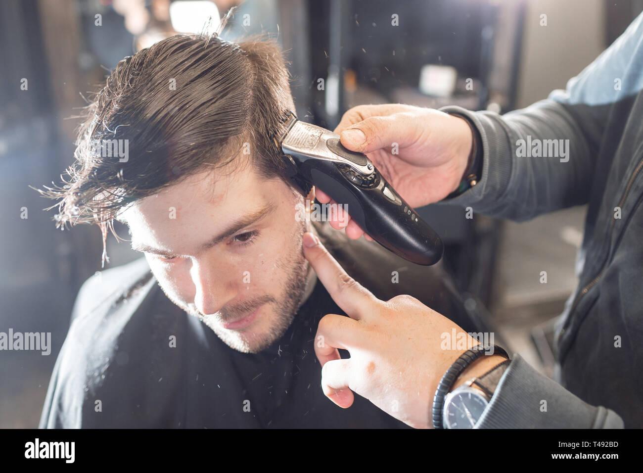 Master Schneidet Haare Und Bart Der Männer In Der Barbershop