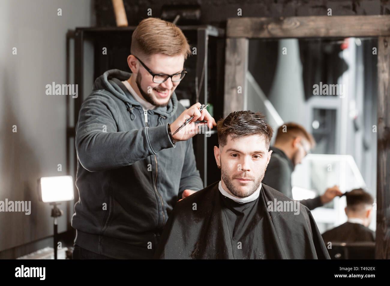 Haare Schneiden Mit Schere Aus Metall Master Schneidet Haare Und