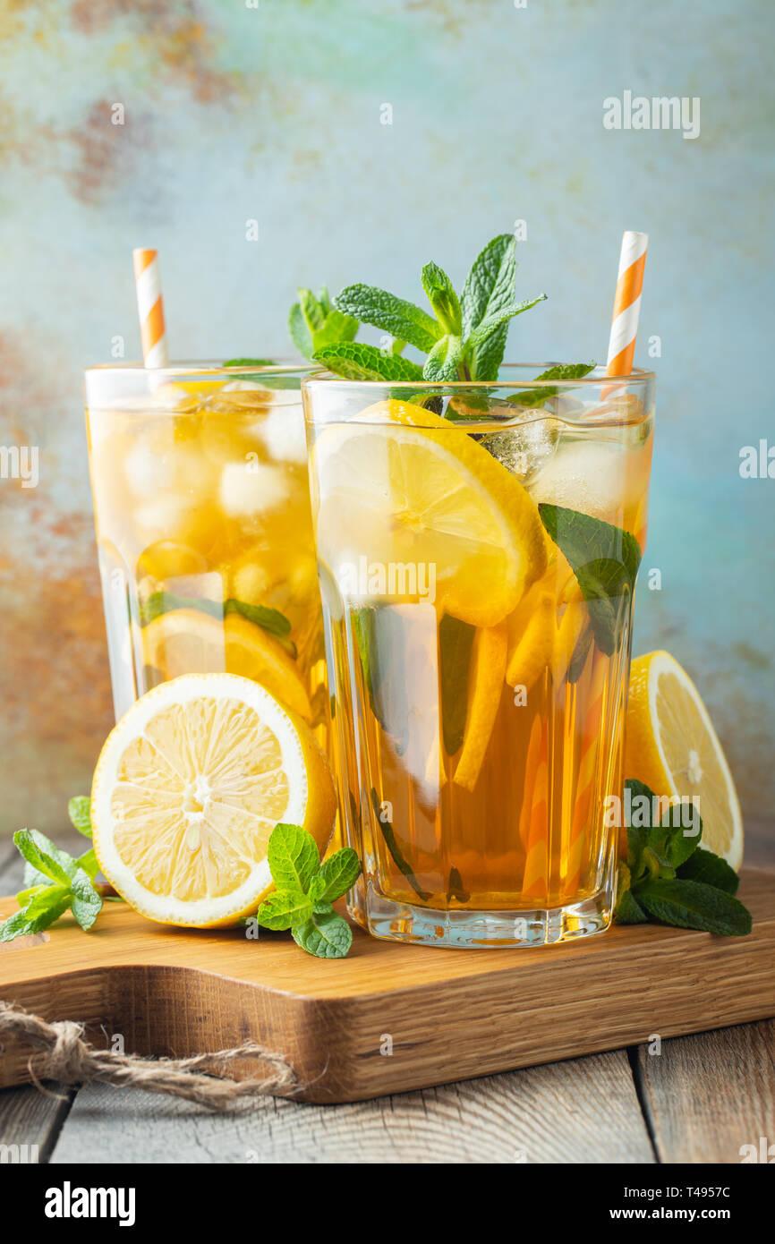 Eistee mit Zitrone und Eis in hohe Gläser. Stockfoto