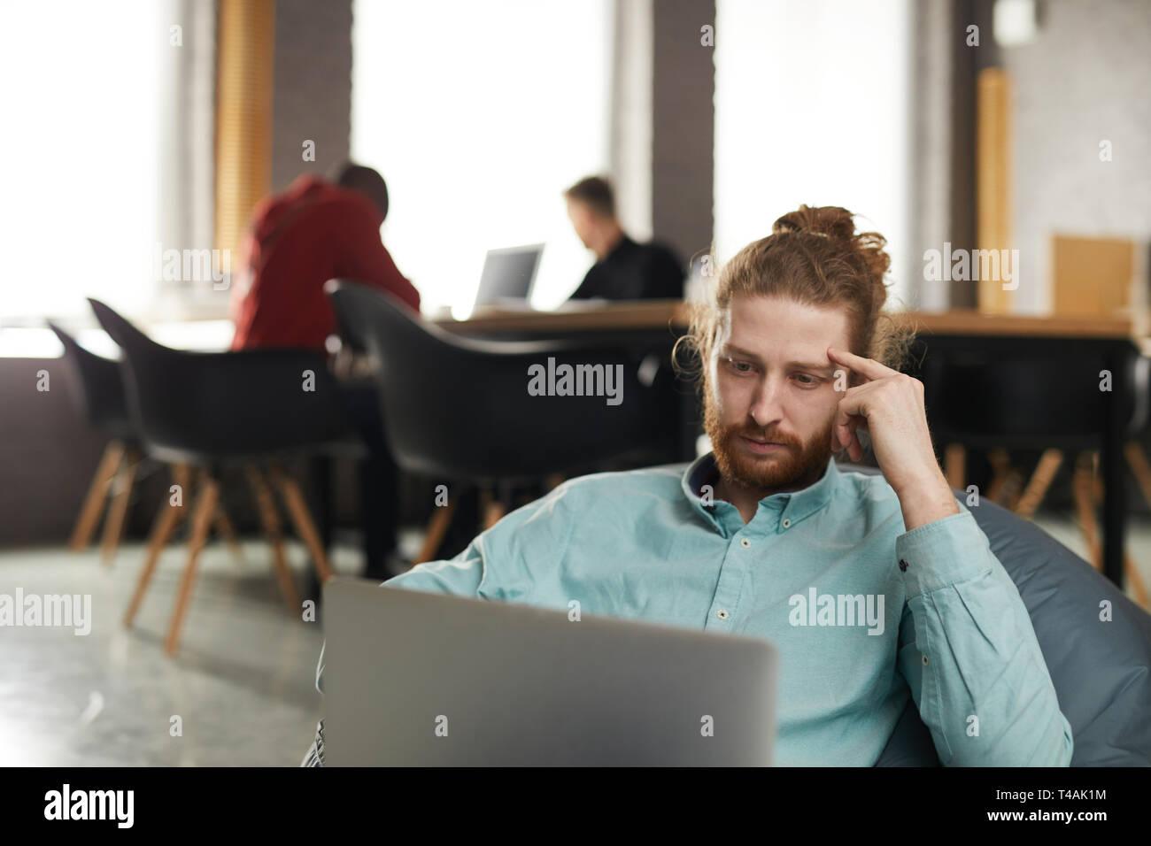 IT-Spezialisten arbeiten in Bean Bag Stockbild
