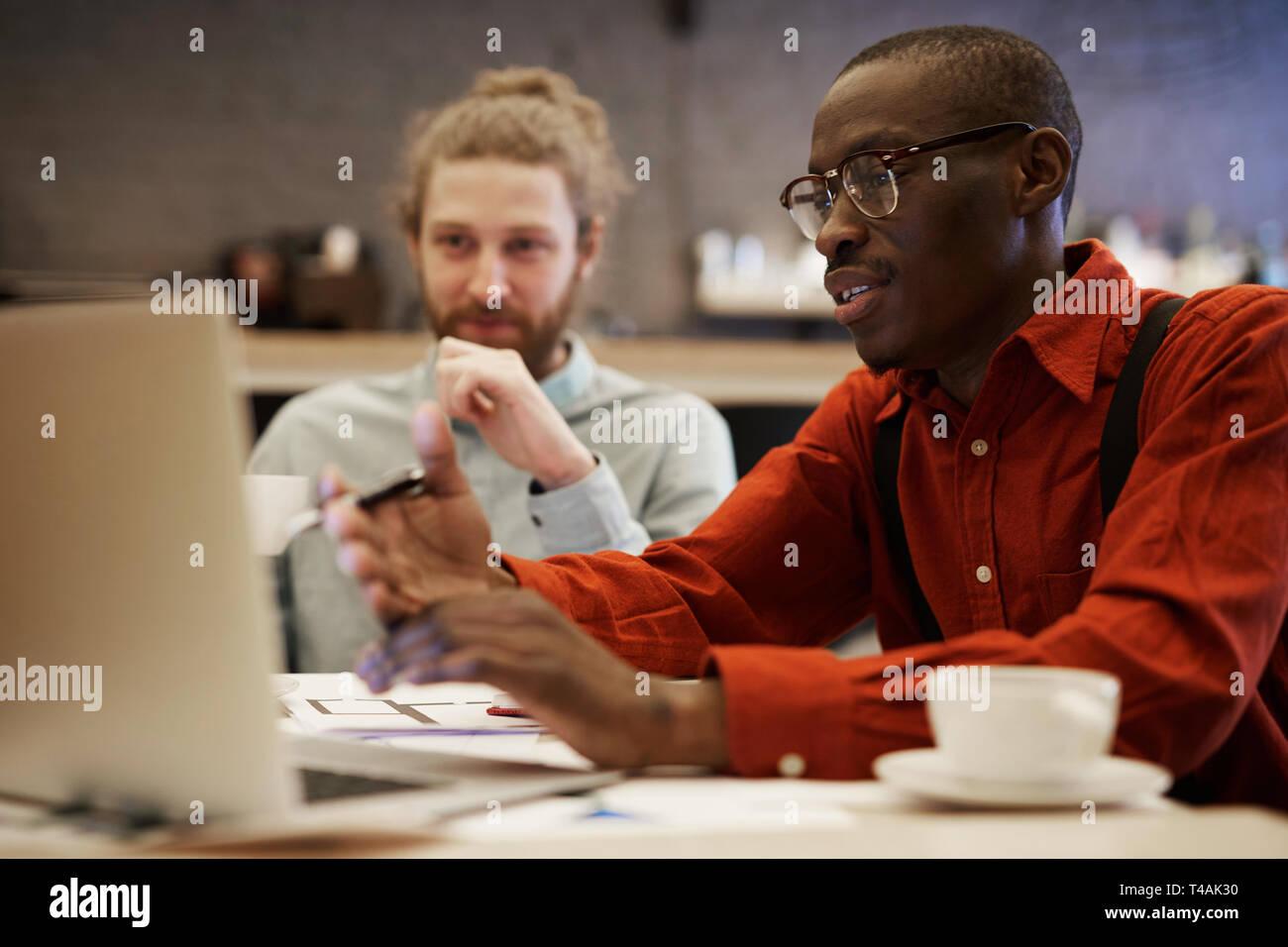Junge afrikanische Unternehmer mit Laptop Stockbild