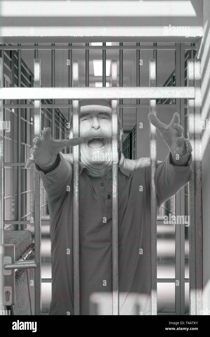 Psychiatrische Erkrankungen, psychopath, Asyl, psychiatrische Klinik, verrückten Mann schreiend durch die Bars Stockbild
