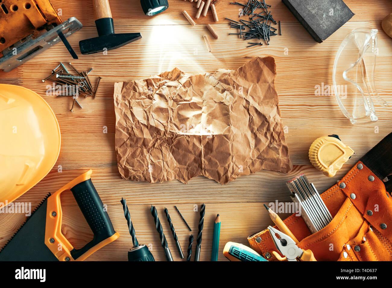 Zerknittertes Papier mock up auf Schreinerei Holzarbeiten Schreibtisch, Ansicht von oben Stockfoto