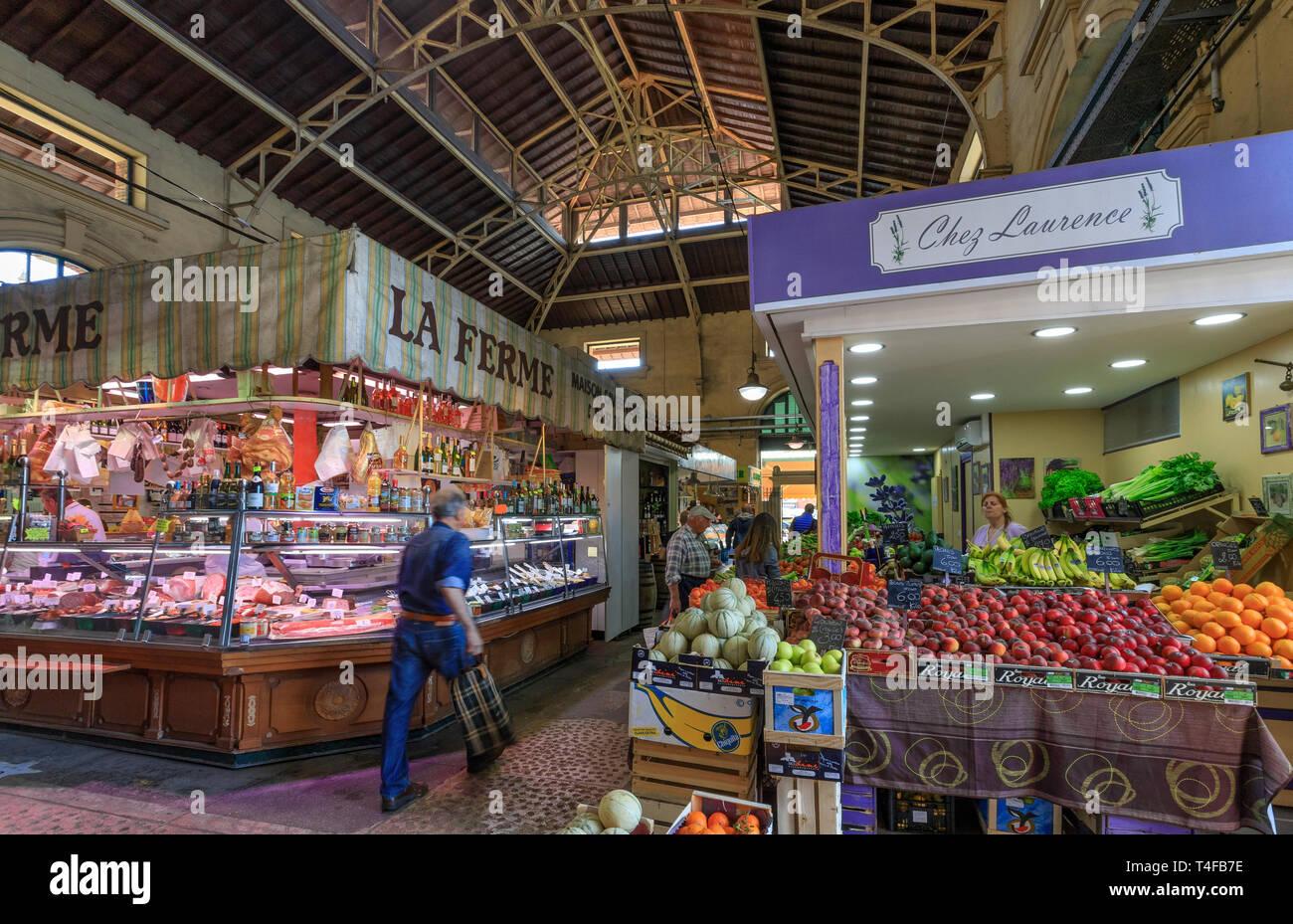 Frankreich, Alpes Maritimes, Menton, indoor Markthalle // Frankreich, Alpes-Maritimes (06), Menton, Intérieur du Marché Couvert Stockbild