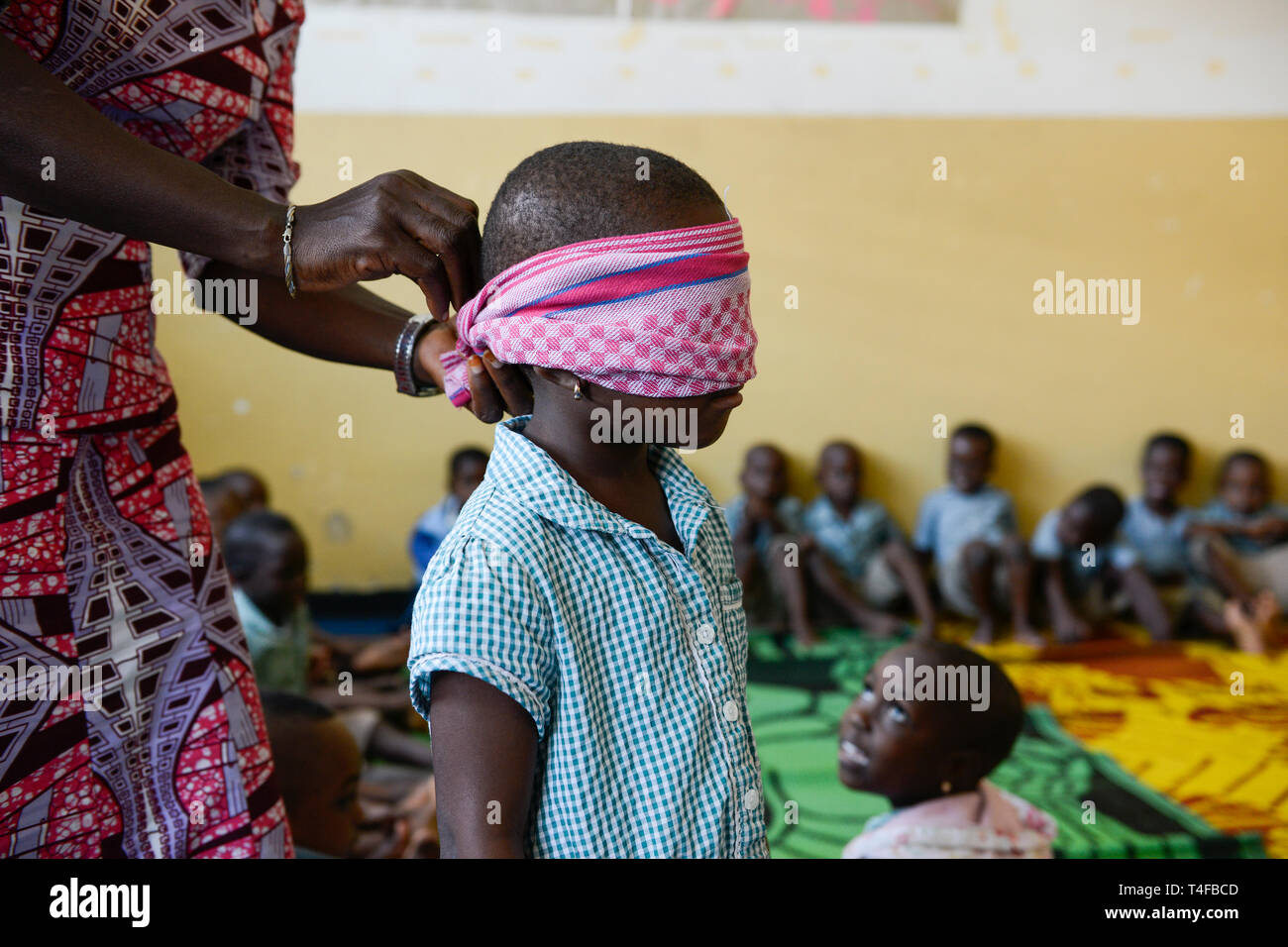 TOGO, Lomé, Togo, Lomé, die Kinder von den Frauen schlafen im Kindergarten von der Mitte Dzidudu, spielen Blinde Kuh/Zentrum BNCE DZIDUDU der Organisation (Bureau National Catholique de l'Enfance) zur Betreuung von Lastentraegerinnen und Marktfrauen und deren Kindern, KIndergarten Stockfoto