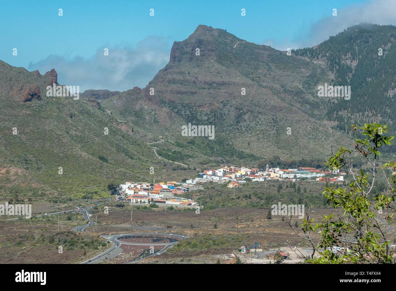 Schöne Landschaft mit Bergen und Stadt Santiago del Teide auf der TF-82 Straße (Beginn des TF-1 Vordergrund und TF-436 nach Masca im Hintergrund) Stockbild