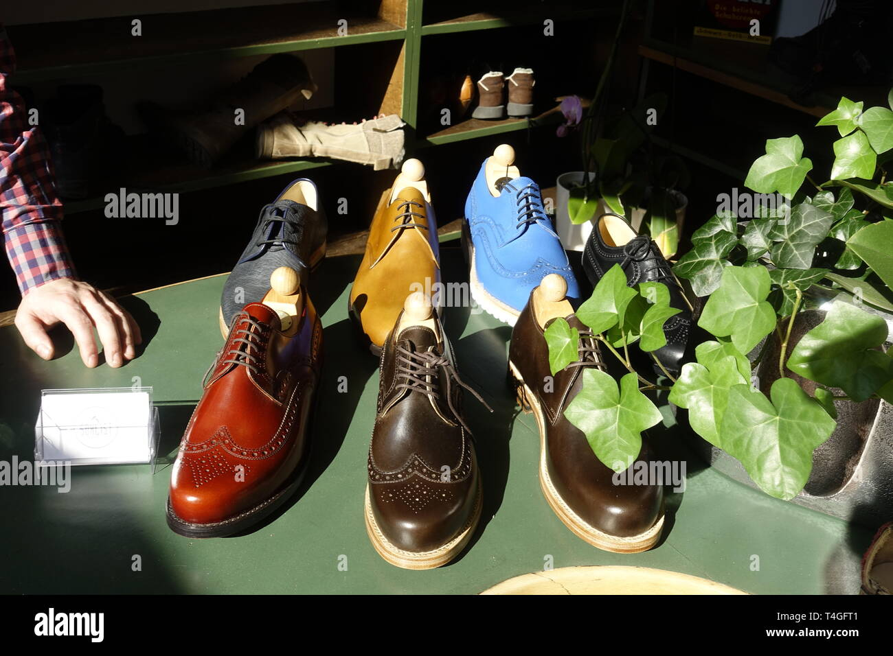 Schuhe Beladen Stockfotos & Schuhe Beladen Bilder Alamy