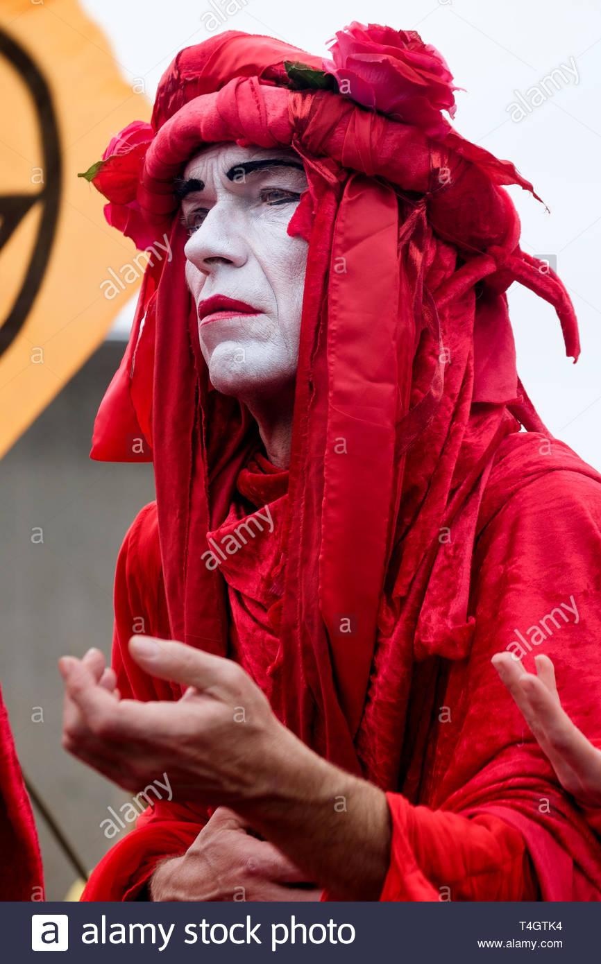 Aussterben Rebellion Umweltaktivisten besetzen Waterloo Bridge, London. Performance Group Invisible Circus in der Protest beteiligen. Stockbild