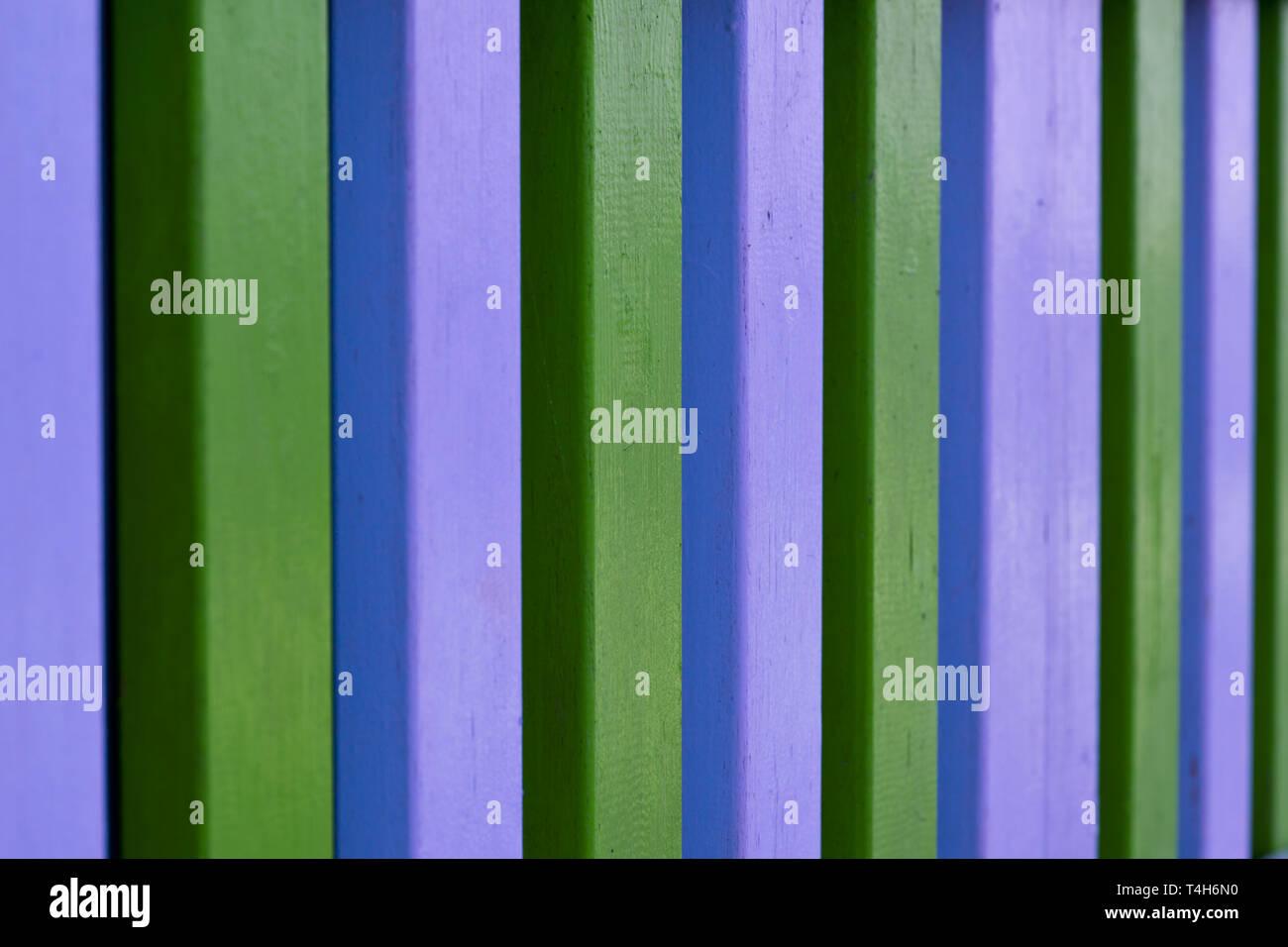 Bunte blau und grün gestreifte Balken aus Holz Wand Hintergrund ...