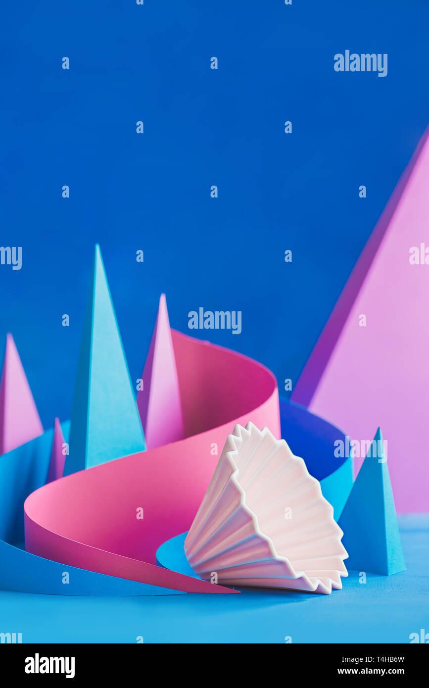 Keramik origami Pendelarm, Gießen - über Kaffee brühen Ausrüstung mit Papier Formen, Pyramiden und Kurven. Stockbild
