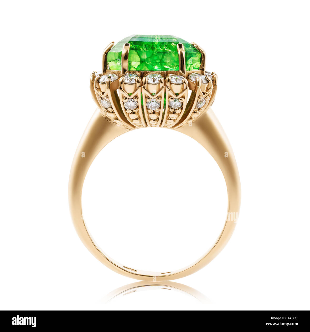 Golden Ring mit Smaragd und Cubic Zirkonia auf weißem Hintergrund Stockbild