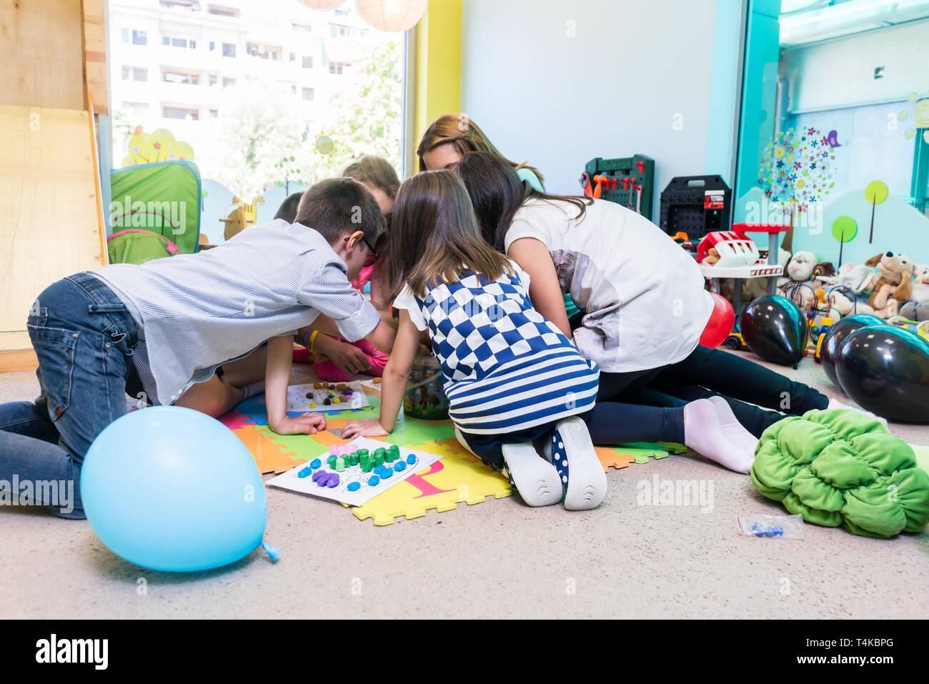 Gruppe von Kindern im Vorschulalter bei der erzieherischen Tätigkeit Stockbild