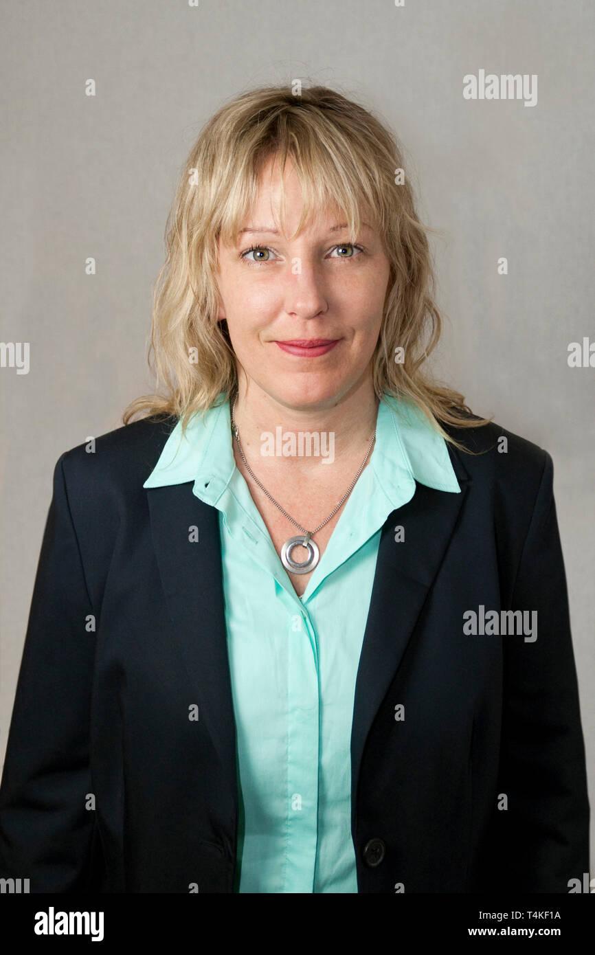 online store f2dc5 e6db5 30-jährige Frau mit blonden Haaren und Kleidung. Sie steht ...