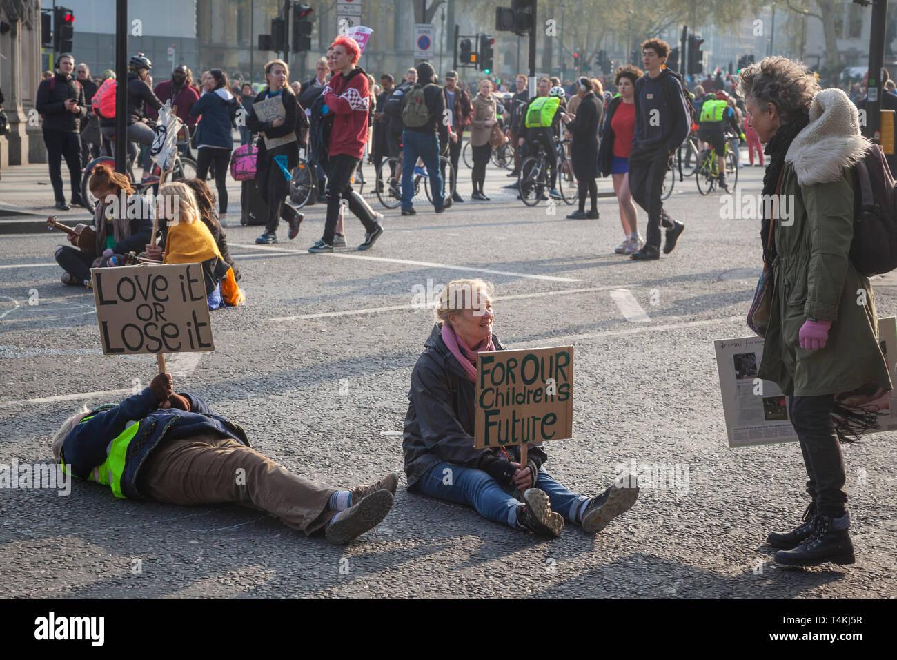Drei ältere Frauen im Rentenalter in der Straße von den Parliament Square, Westminster für das Aussterben Rebellion Demonstration Stockfoto