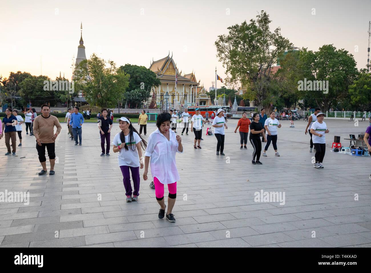Die Einheimischen tun Aerobic bei Sonnenuntergang im Wat Botum Park, Phnom Penh, Kambodscha, Südostasien, Asien Stockbild