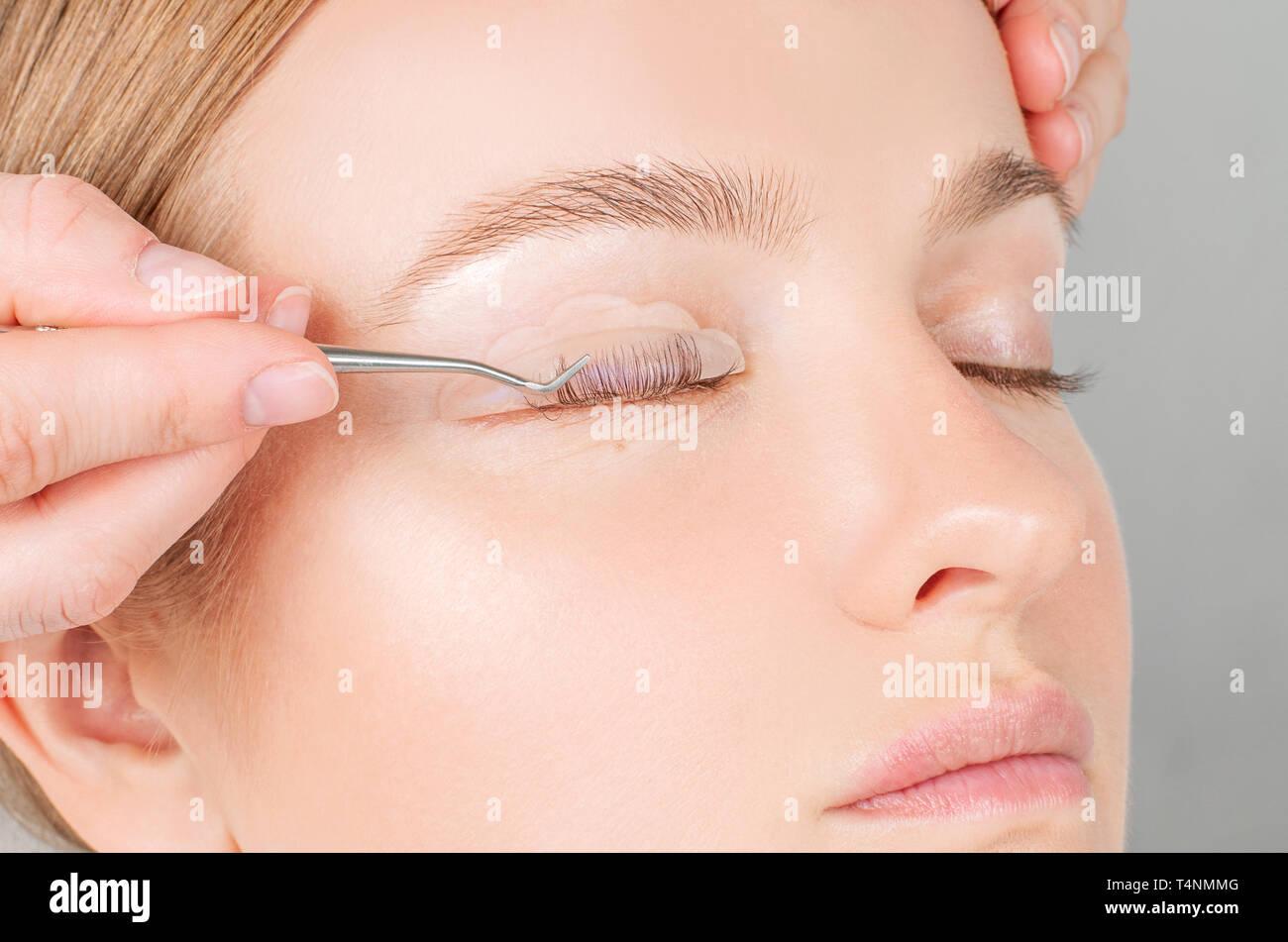 Wimpern Pflege Verfahren. Frau tun, Laminierung, Wimpern färben, Curling, Laminieren und Erweiterung für die Wimpern. Stockbild