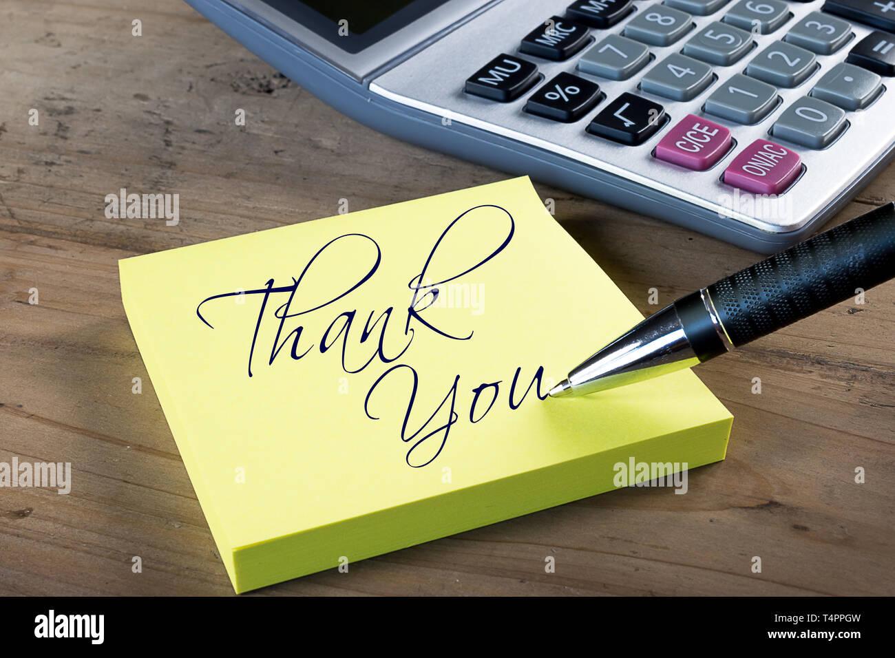 """Gelbe Haftnotiz mit """"Danke"""" mit Kugelschreiber geschrieben. Administrative Professionals oder staatssekretäre Tag Konzept. Stockbild"""