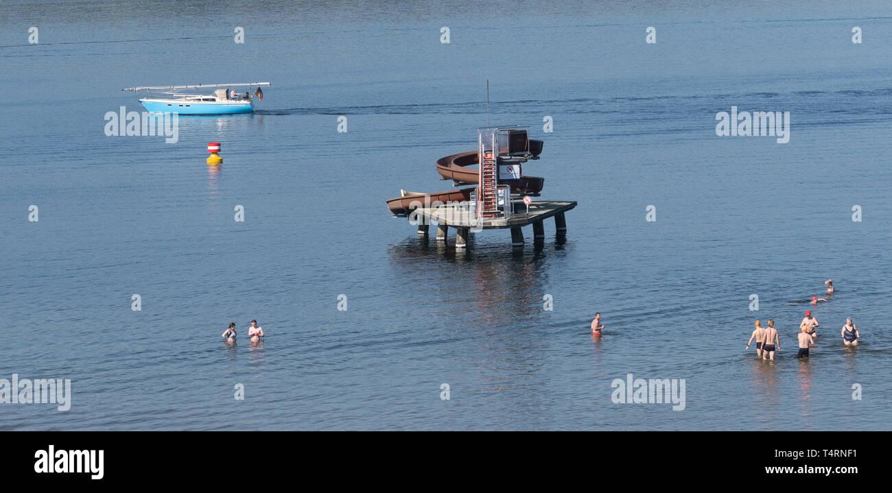 19 April 2019, Berlin: Genießen Sie das schöne Wetter zu Beginn der Badesaison im Strandbad Wannsee. Der Lido beginnt immer der Badesaison am Karfreitag. Der Eintritt ist frei bis Ostermontag. Foto: Paul Zinken/dpa Stockbild