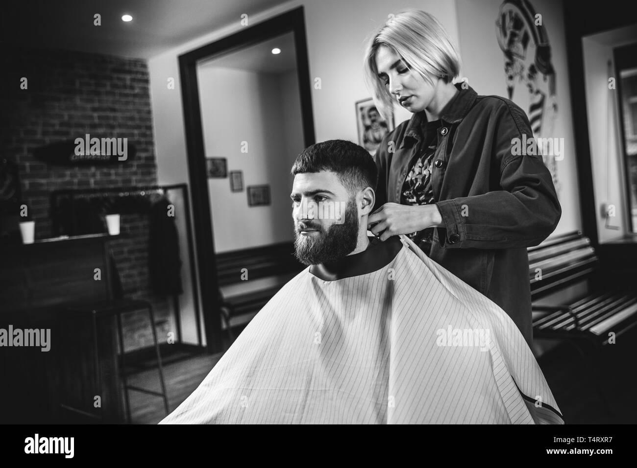 Junge Frau Die Haare Schneiden Lassen Fur Die Bartigen Mann Im