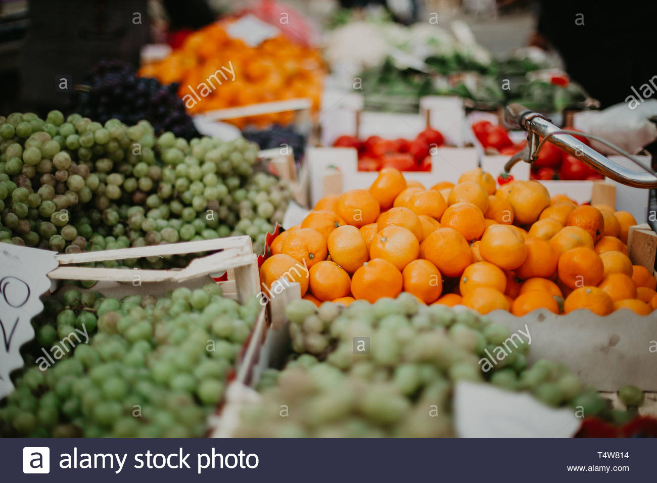 Mandarinen und Trauben auf dem Markt für frische Erzeugnisse Stockbild