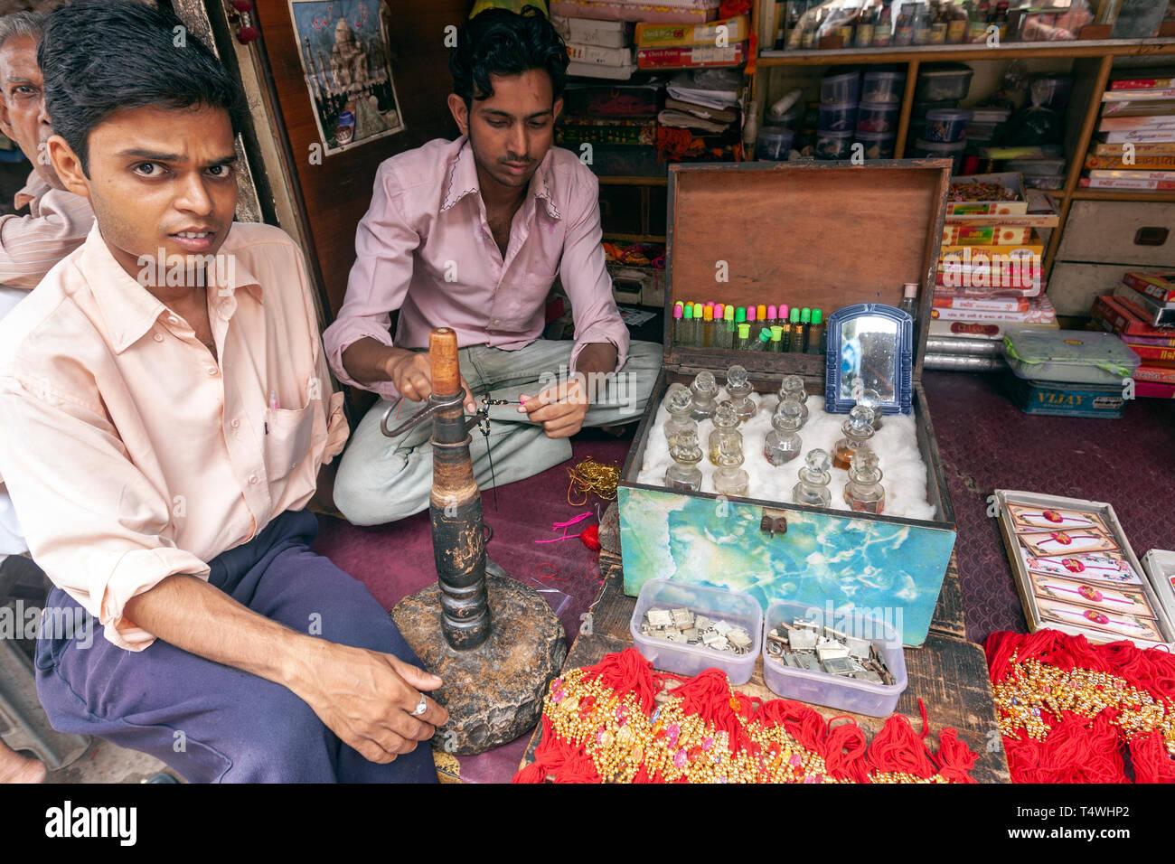 Junge Anbieter in ein Parfum und Essenz Arbeitsplatz in Bundi Markt, Bundi, Rajasthan, Indien. Stockbild